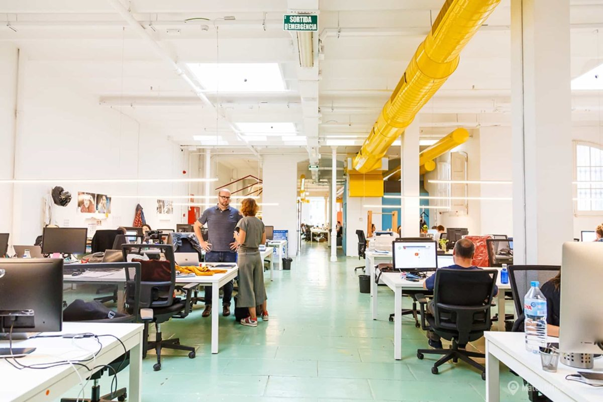 Zona de trabajo abierta de un coworking situado en el barrio de Eixample en Barcelona