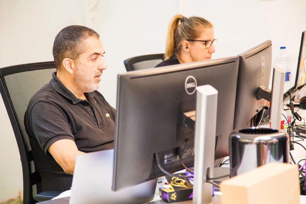 Los coworkers Carles Tomàs y Valentina Tamiazzo en CREC Coworking Barcelona