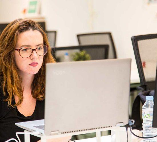 Alba Castellet, CEO de Década Studio, trabajando en CREC Coworking Barcelona