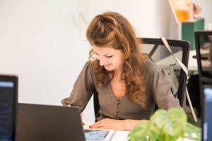 La coworker Violette Bay trabajando en CREC Coworking Barcelona